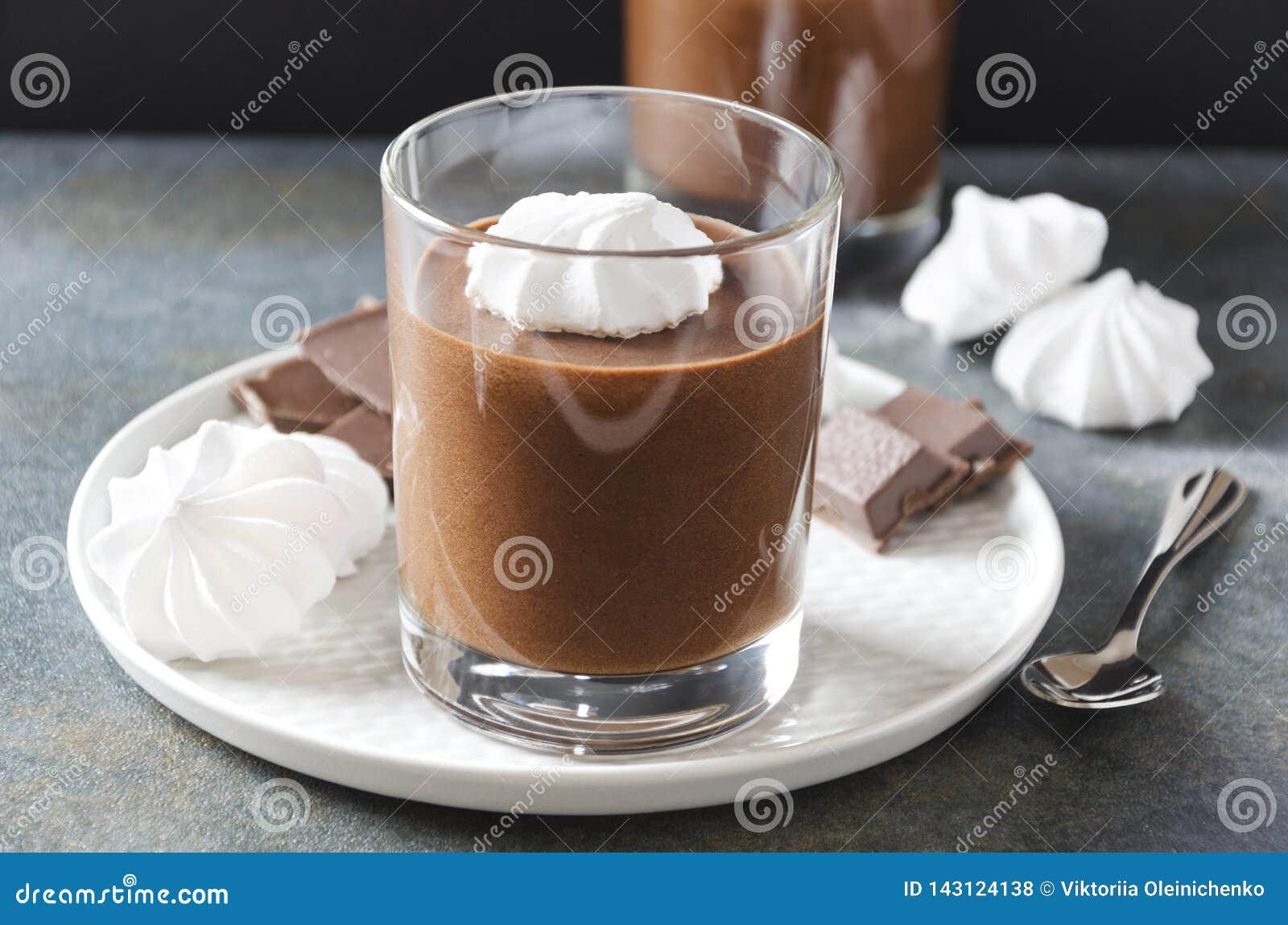 Κινηματογράφηση σε πρώτο πλάνο mousse σοκολάτας του φλυτζανιού με τη μαρέγκα που εξυπηρετείται στο πιάτο Εύγευστο επιδόρπιο και ν