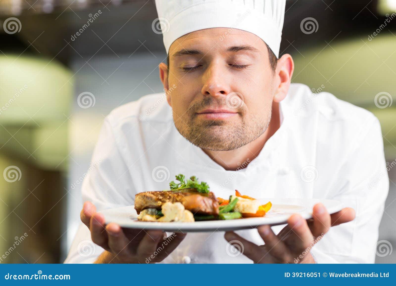 Κινηματογράφηση σε πρώτο πλάνο ενός αρχιμάγειρα με κλειστά τα μάτια μυρίζοντας τρόφιμα
