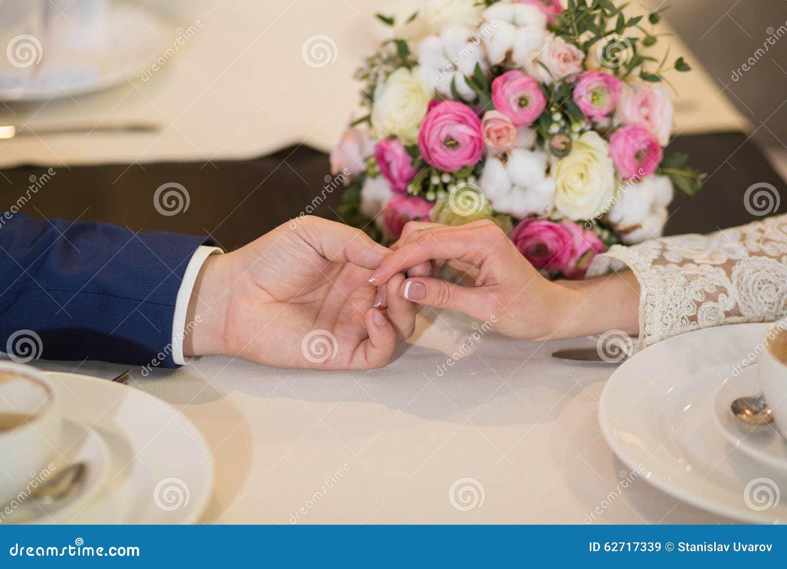 Κινηματογράφηση σε πρώτο πλάνο ενός ατόμου που κρατά το χέρι της φίλης του