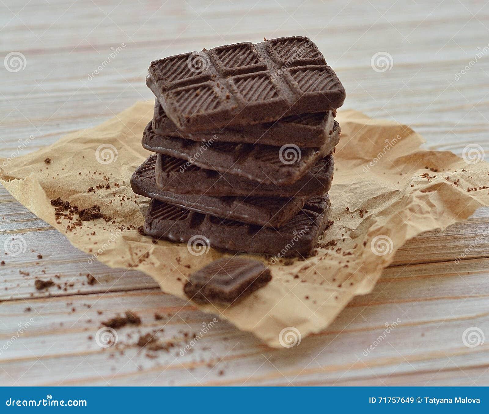 Κινηματογράφηση σε πρώτο πλάνο μπισκότων σοκολάτας σε έναν πίνακα, αγροτικό ύφος
