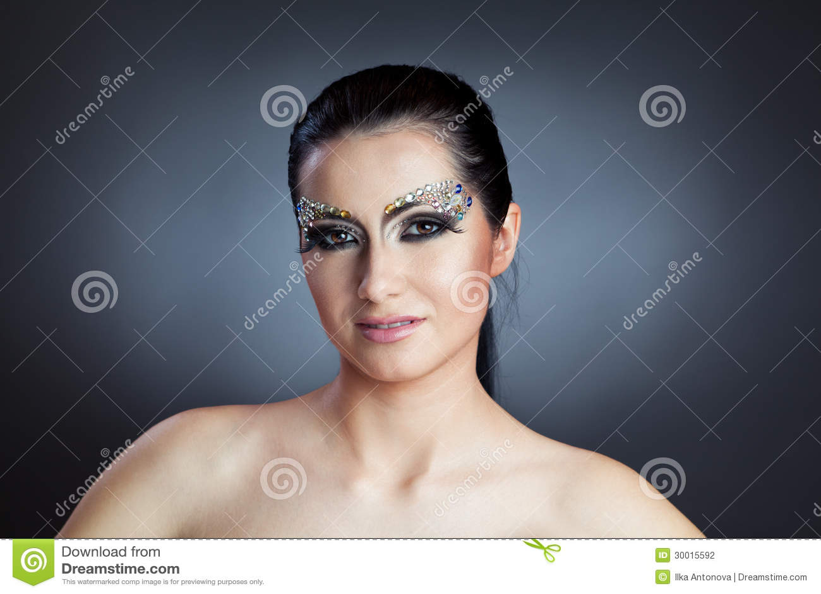 Γοητευτική καυκάσια γυναίκα με τη σύνθεση κοσμήματος