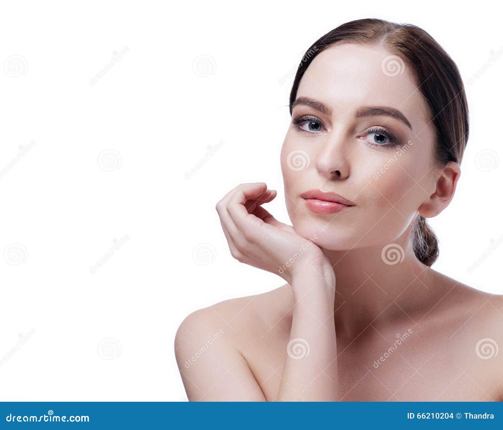 Κινηματογράφηση σε πρώτο πλάνο προσώπου γυναικών ομορφιάς Όμορφο πρότυπο κορίτσι SPA brunette νέο με το τέλειο δέρμα Έννοια φροντ