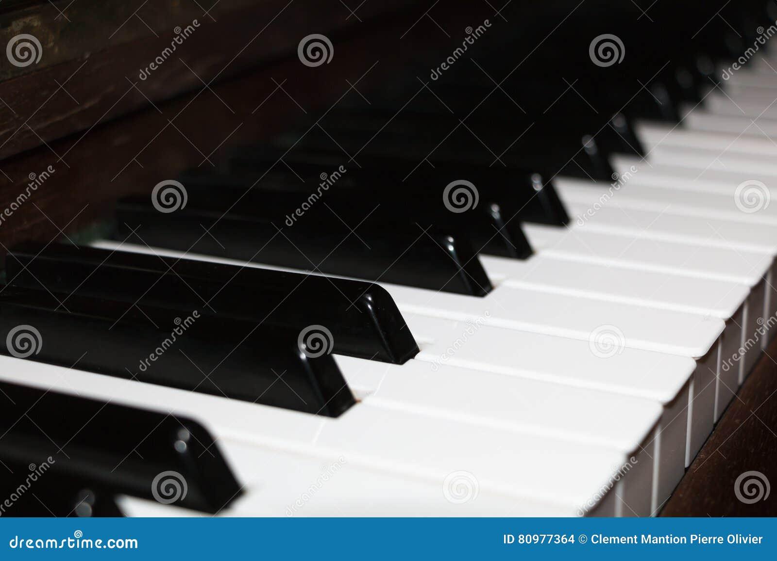 Κινηματογράφηση σε πρώτο πλάνο σε ένα παλαιό πληκτρολόγιο πιάνων ελεφαντόδοντου