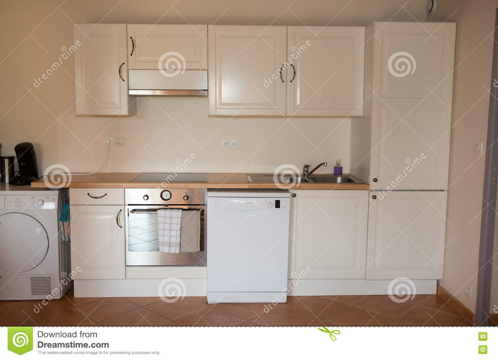 Κινηματογράφηση σε πρώτο πλάνο της άσπρης μονάδας κουζινών στο σύγχρονο εσωτερικό