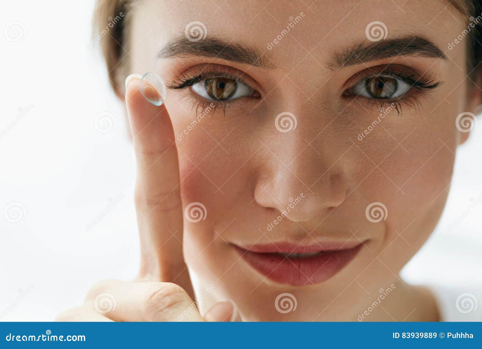 Κινηματογράφηση σε πρώτο πλάνο της όμορφης γυναίκας που εφαρμόζει το φακό ματιών στο μάτι