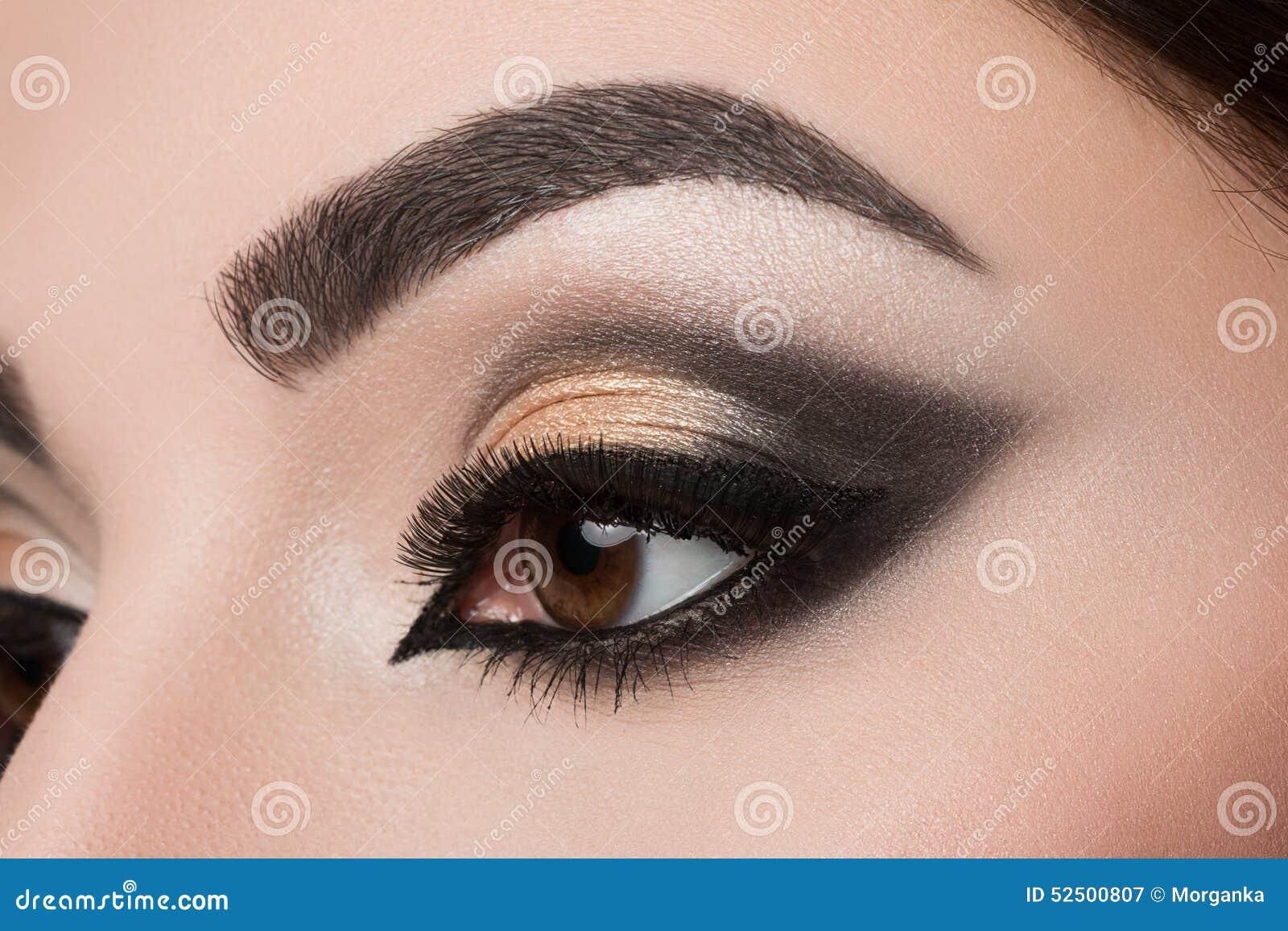Κινηματογράφηση σε πρώτο πλάνο του ματιού γυναικών με το αραβικό makeup