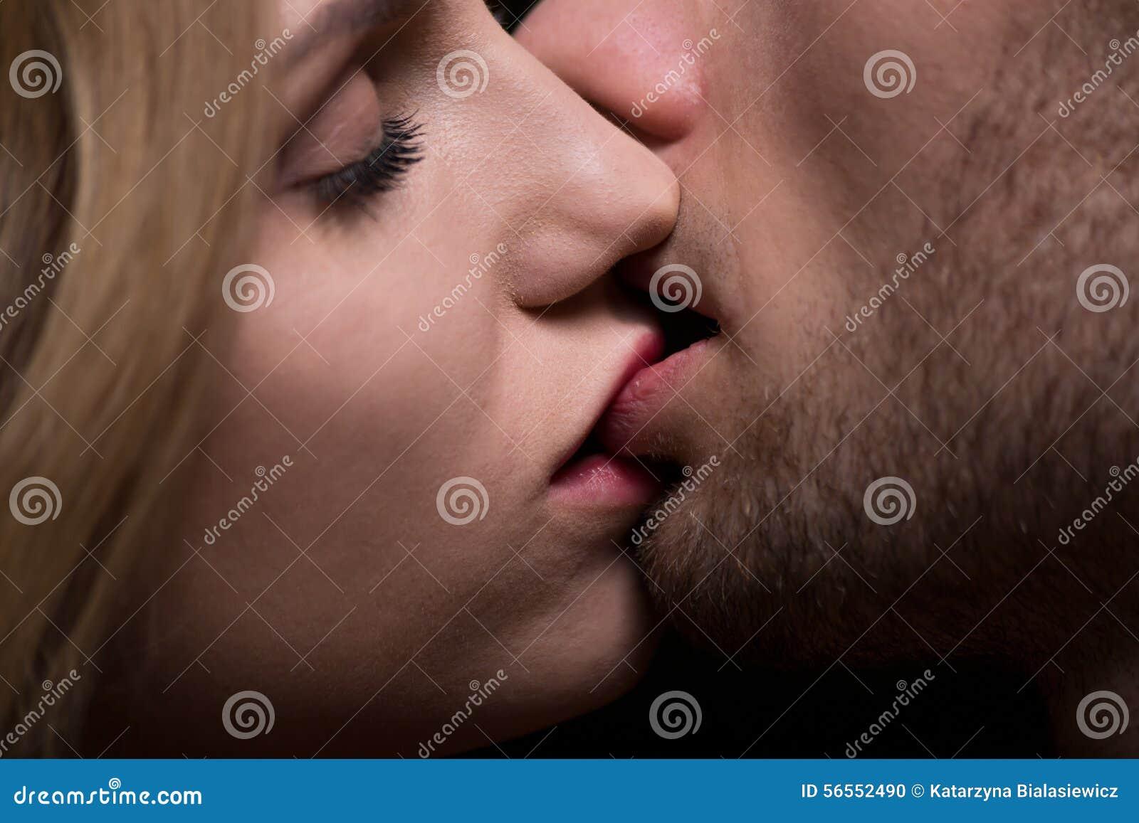 Download Κινηματογράφηση σε πρώτο πλάνο του φιλήματος Στοκ Εικόνες - εικόνα από διασκέδαση, συγκίνηση: 56552490