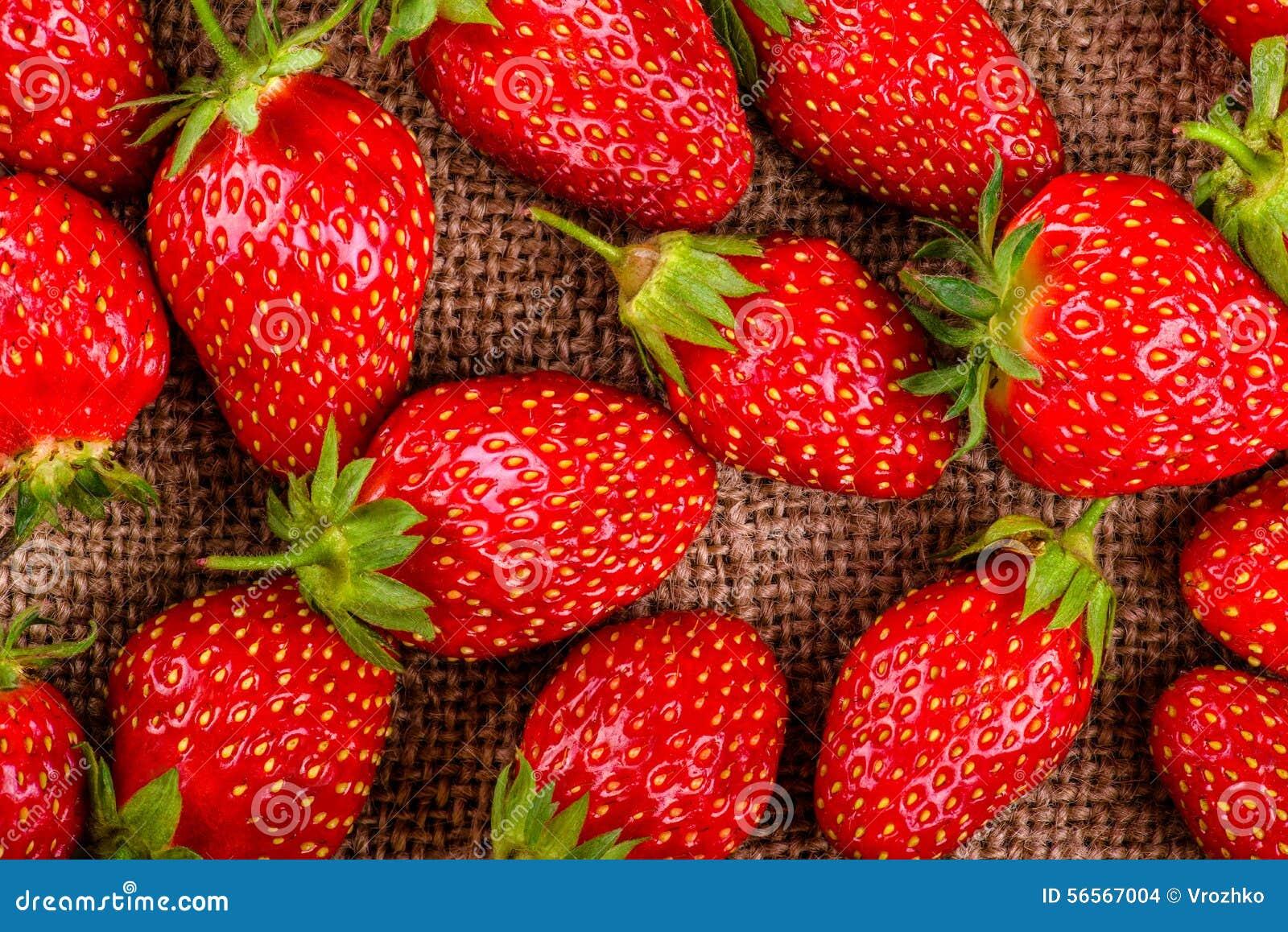 Download Κινηματογράφηση σε πρώτο πλάνο φραουλών σε μια πετσέτα λινού, τοπ άποψη Στοκ Εικόνες - εικόνα από μακροεντολή, ομάδα: 56567004