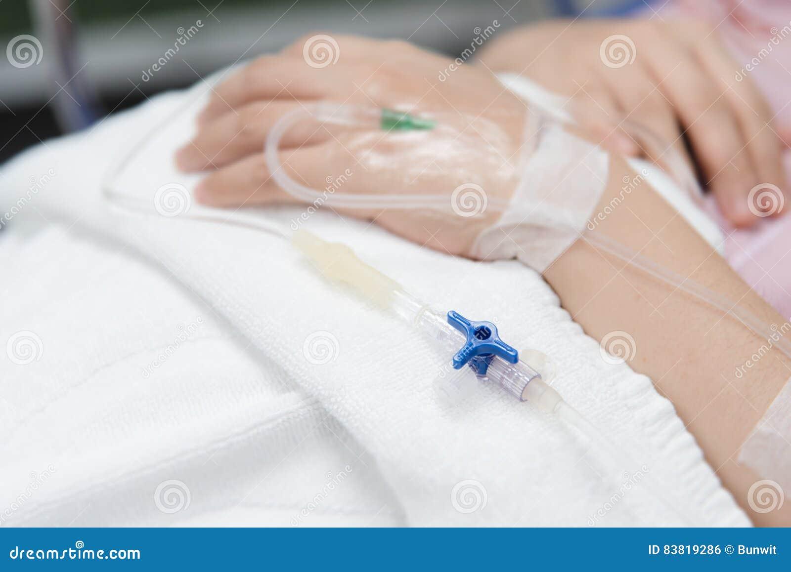 Κινηματογράφηση σε πρώτο πλάνο IV βελόνα στον ασθενή στο νοσοκομείο