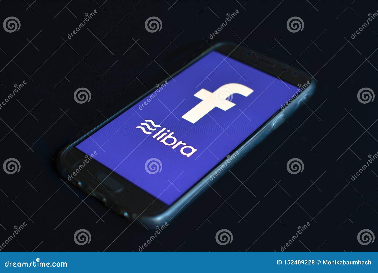 Κινητό τηλέφωνο έννοιας Libra Cryptocurrency με το λογότυπο Libra και Facebook