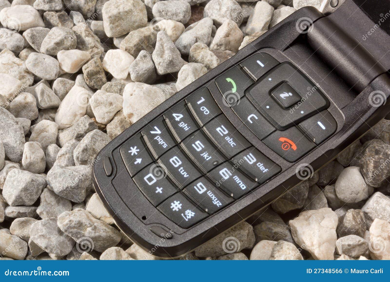 Κινητό τηλέφωνο στο αμμοχάλικο