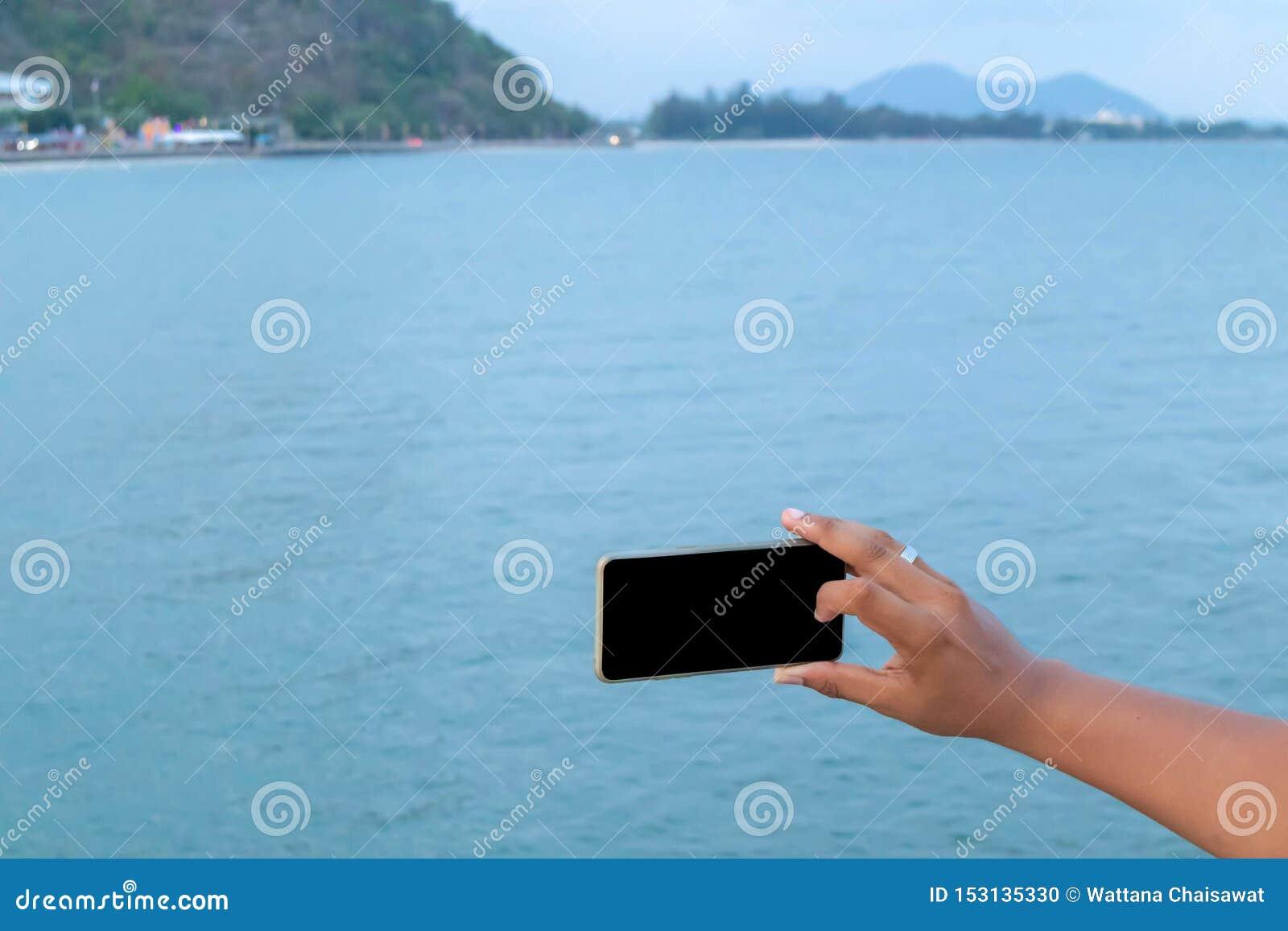 Κινητό τηλέφωνο υπό εξέταση με τη θάλασσα