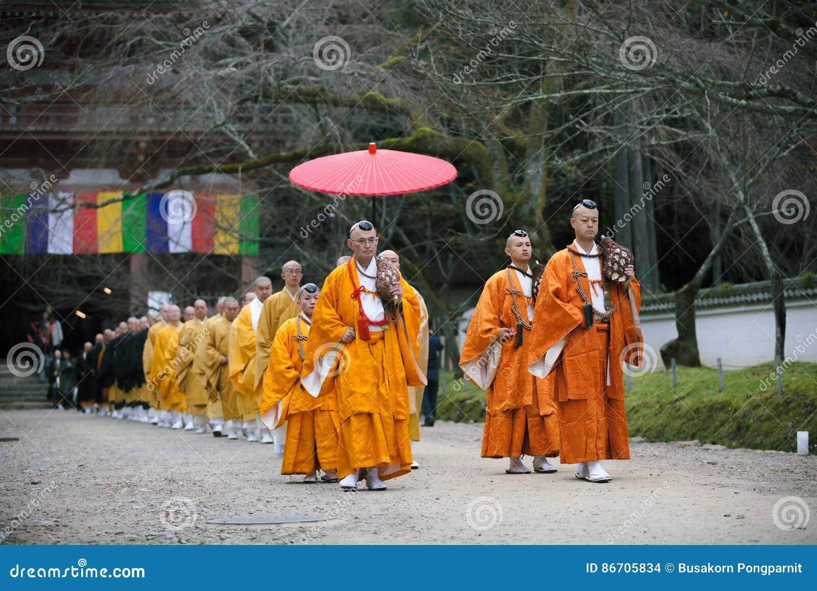 ΚΙΟΤΟ, ΙΑΠΩΝΙΑ - 25 ΝΟΕΜΒΡΊΟΥ: Ιαπωνικός μοναχός Daigo-daigo-ji στο ναό, Ιαπωνία στις 25 Νοεμβρίου 2015 Μη αναγνωρισμένη ομάδα τω