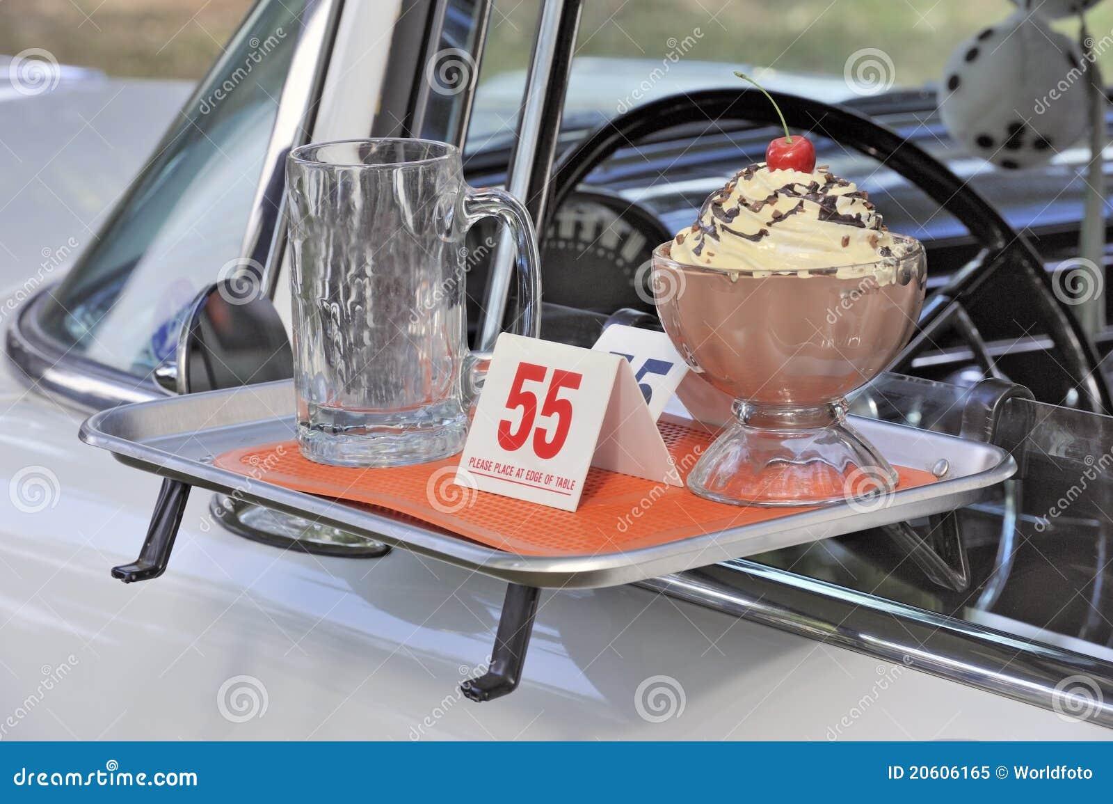 Κλασικό αμερικανικό θέμα αυτοκινήτων και γρήγορου γεύματος δεκαετίας του  50