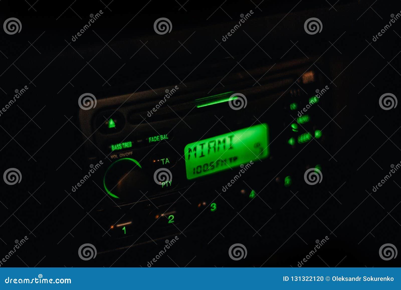 Κλασικό εκλεκτής ποιότητας ραδιόφωνο αυτοκινήτου με το δροσερό πράσινο backlight