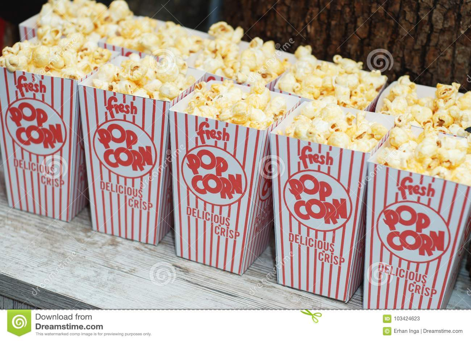 Κλασικό κιβώτιο του κόκκινου και άσπρου Popcorn κιβωτίου ενάντια στο πρόχειρο φαγητό κόμματος Τρόφιμα