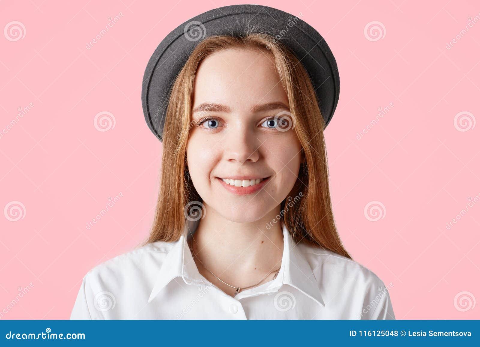 Κλείστε αυξημένος του ευτυχούς ευτυχούς έφηβη θέτει για το δημοφιλές περιοδικό μόδας, φορά το καθιερώνον τη μόδα καπέλο και το κο