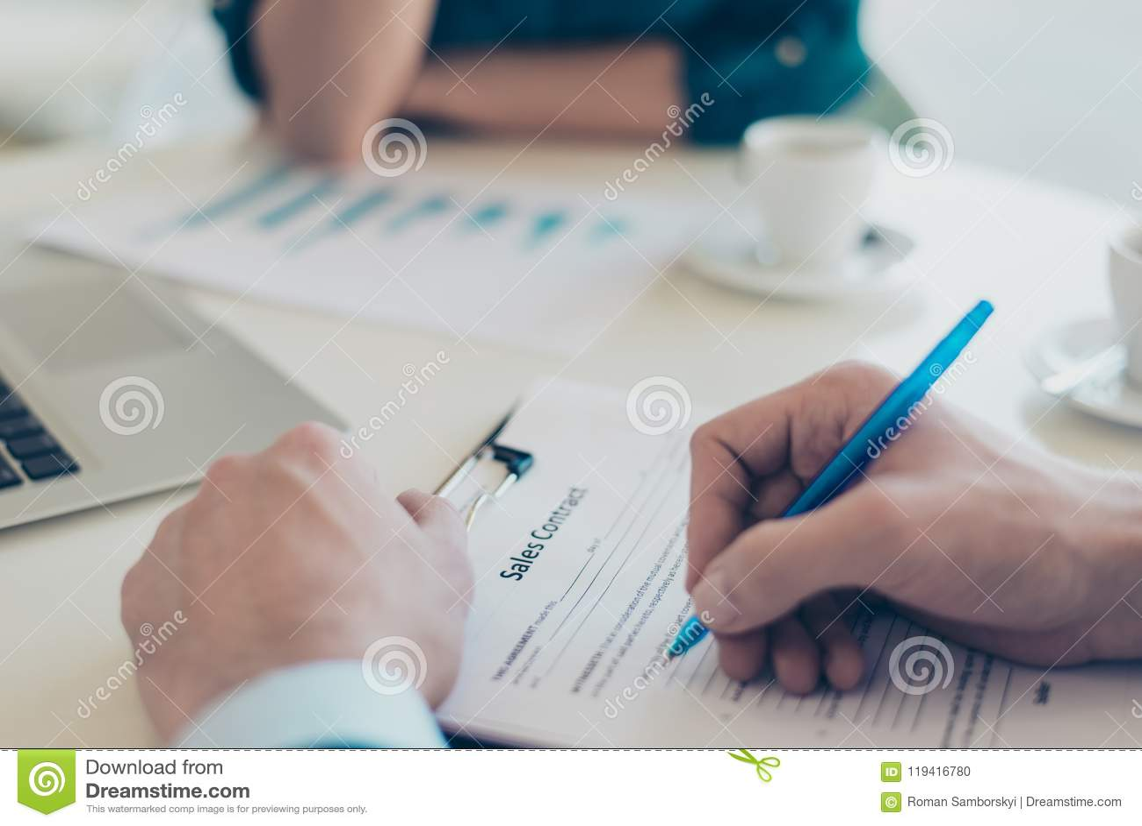 Κλείστε επάνω από πάνω επάνω από τη τοπ φωτογραφία των χεριών ατόμων ` s υπογράφοντας recruiter κτηματομεσιτών επιχειρησιακής συν