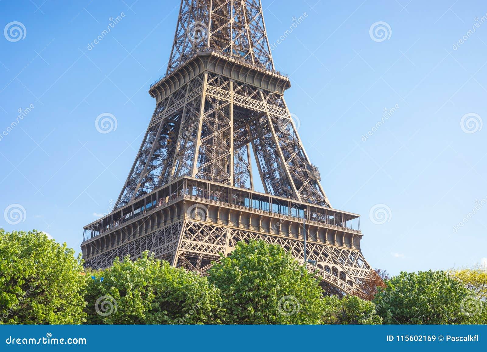 Κλείστε επάνω ενός μέρους του πύργου του Άιφελ ενάντια σε έναν φωτεινό μπλε ουρανό, Παρίσι, Γαλλία