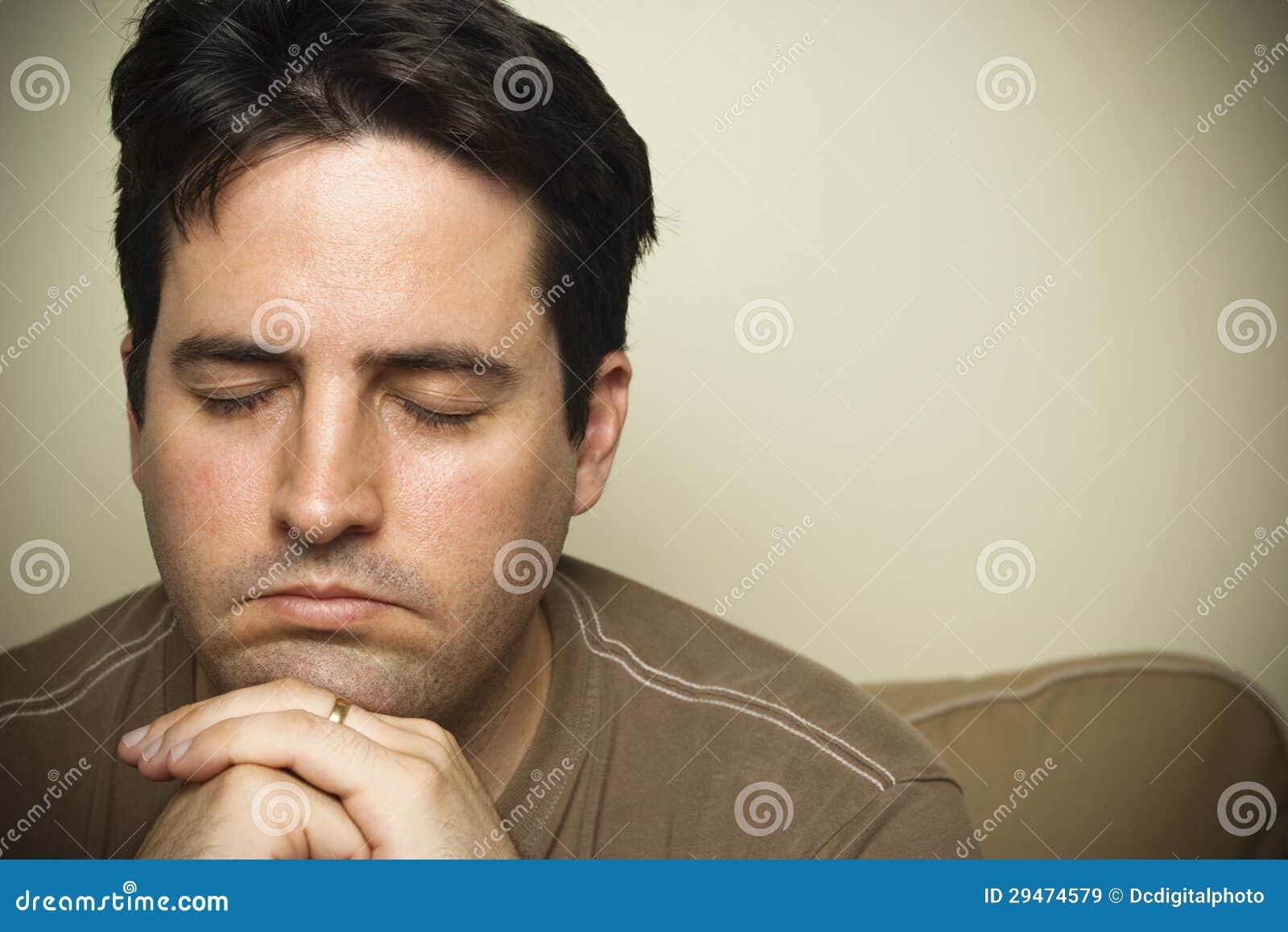 Κλείστε επάνω ενός νεαρού άνδρα στην προσευχή