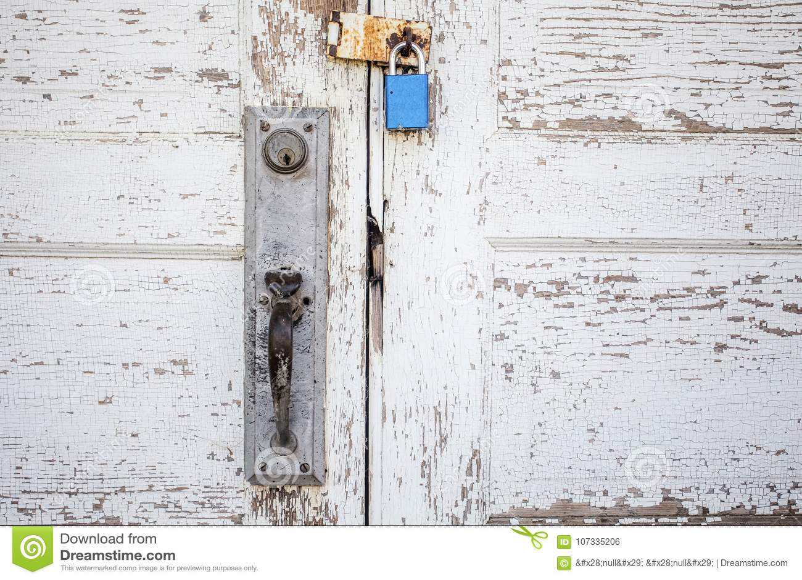 Κλείστε επάνω η ξεπερασμένη ξύλινη άσπρη πόρτα