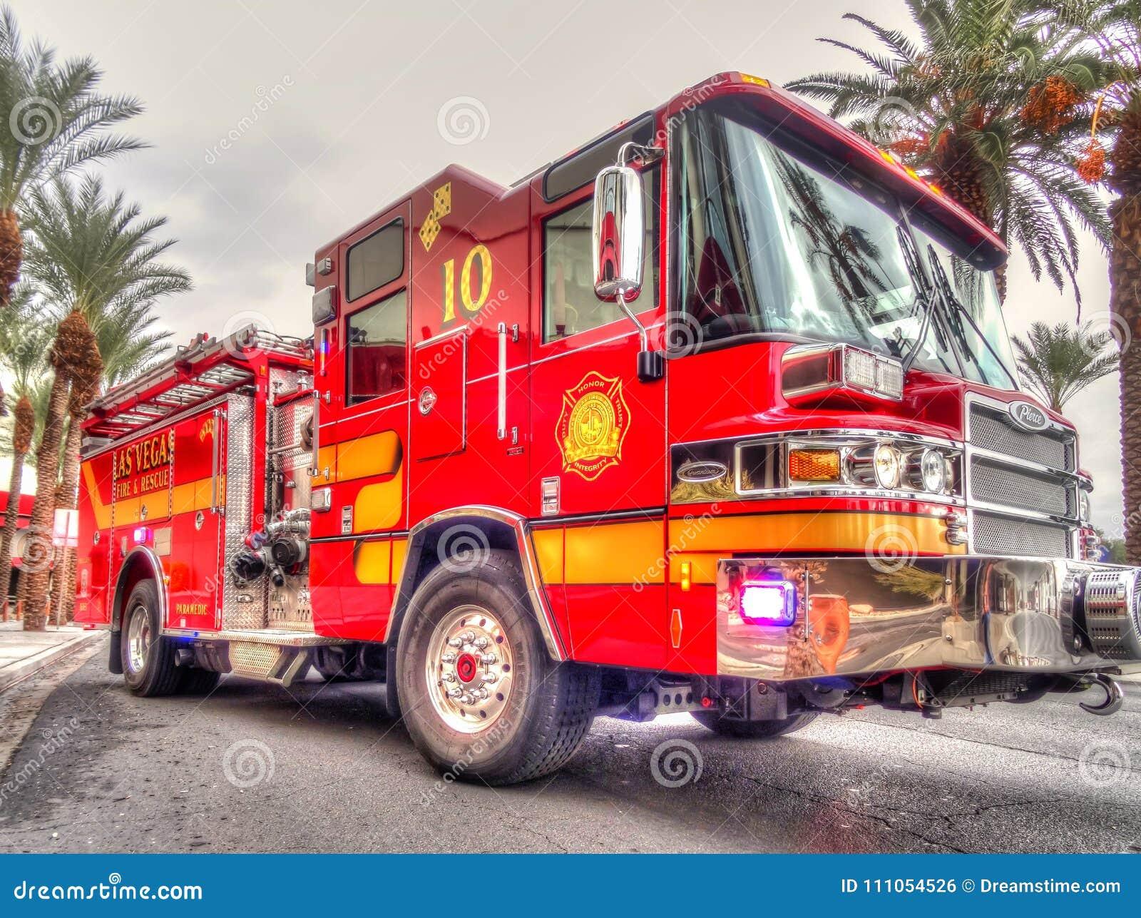 Κλείστε επάνω σε μια φωτεινό κόκκινο πυροσβεστική αντλία ή ένα φορτηγό