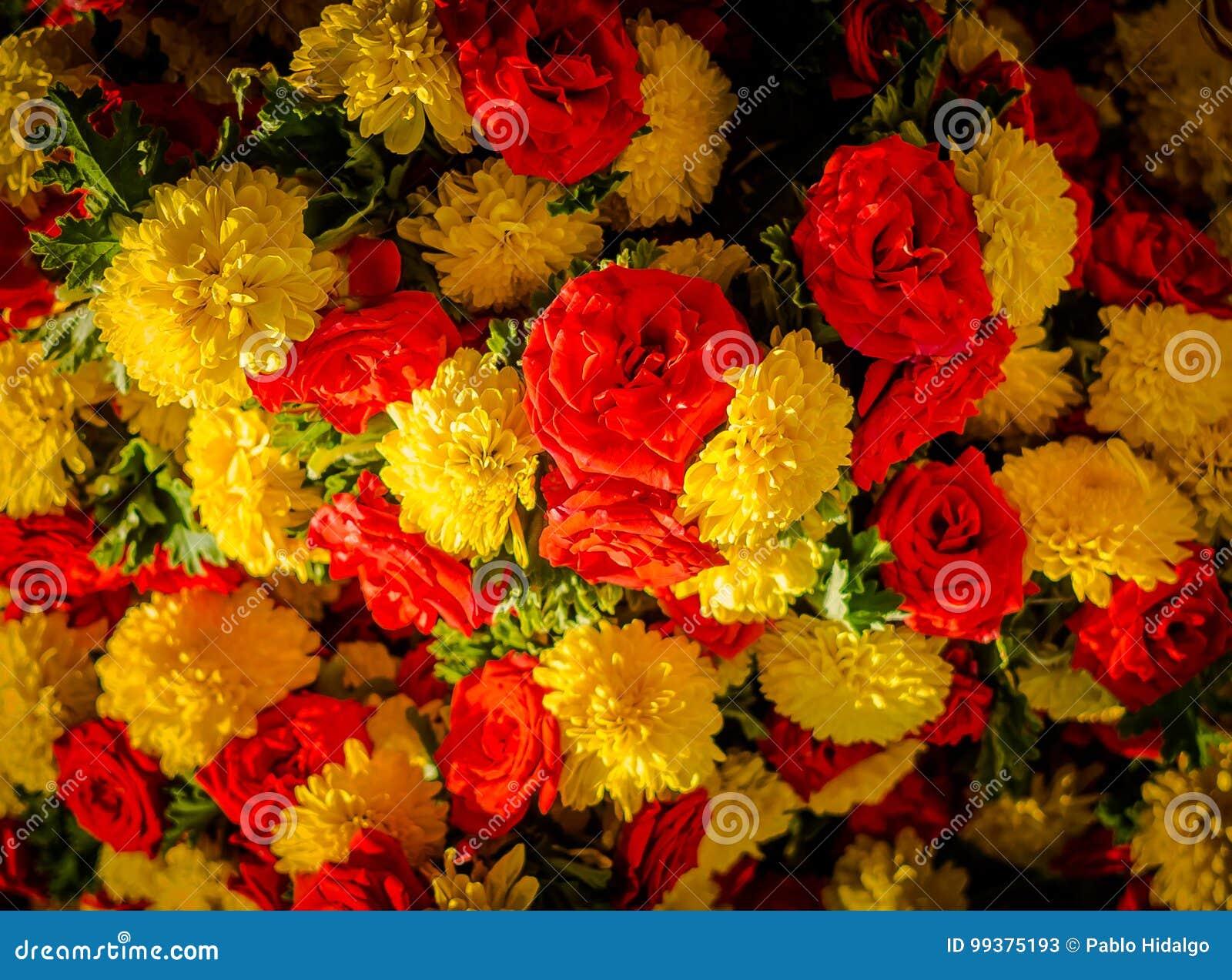 Κλείστε επάνω τα κίτρινα και κόκκινα λουλούδια στην αγορά KR στη Βαγκαλόρη Στη Βαγκαλόρη
