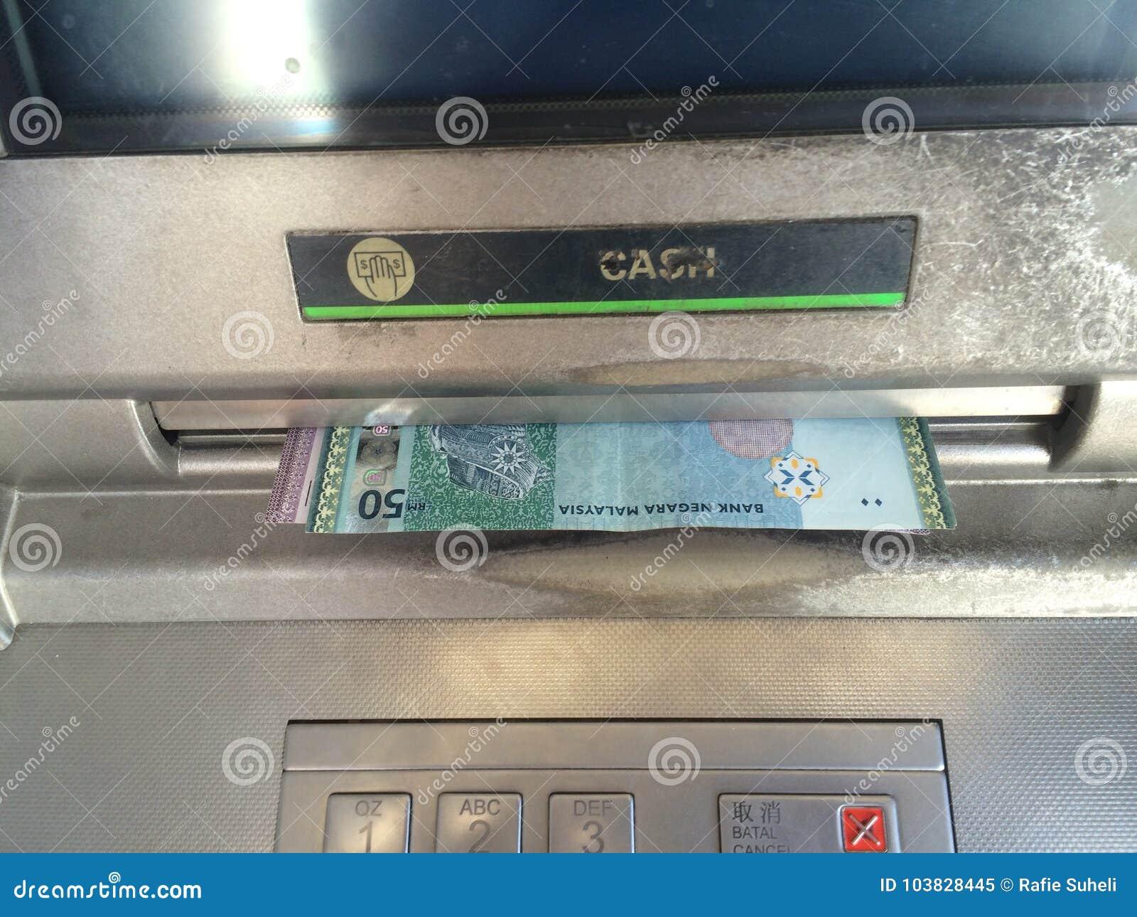 Κλείστε επάνω τα μετρητά της Μαλαισίας RINGGIT έξω από τη μηχανή του ATM