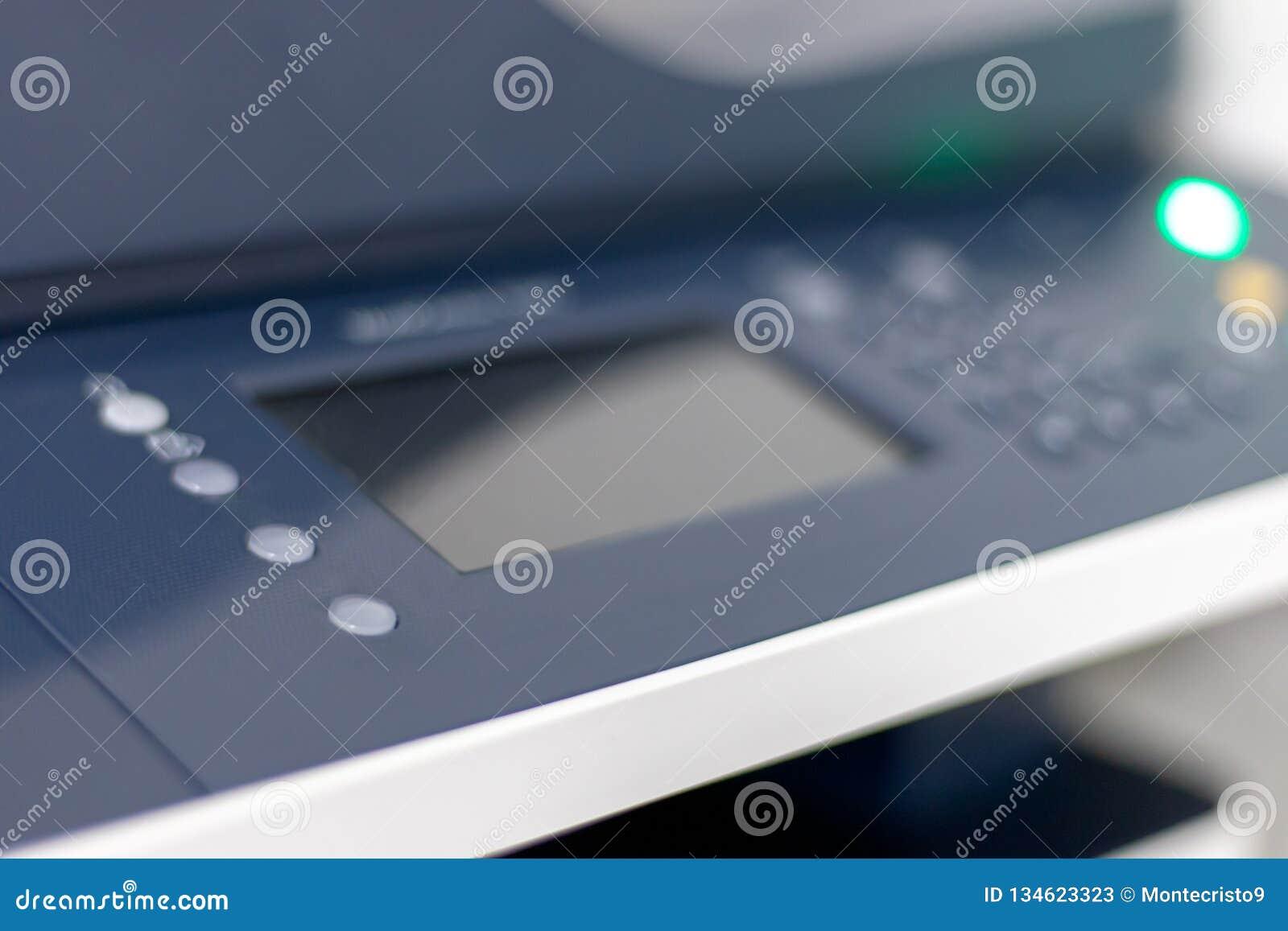 Κλείστε επάνω την άποψη για έναν πολλών χρήσεων εκτυπωτή ή έναν αντιγραφέα στο γραφείο Επίδειξη και κουμπιά Εκλεκτική εστίαση