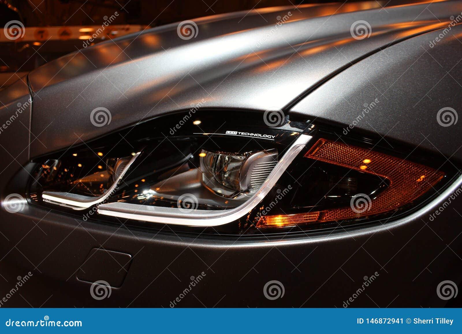 Κλείστε επάνω την άποψη του ασημένιου γκρίζου προβολέα αθλητικών αυτοκινήτων πολυτέλειας