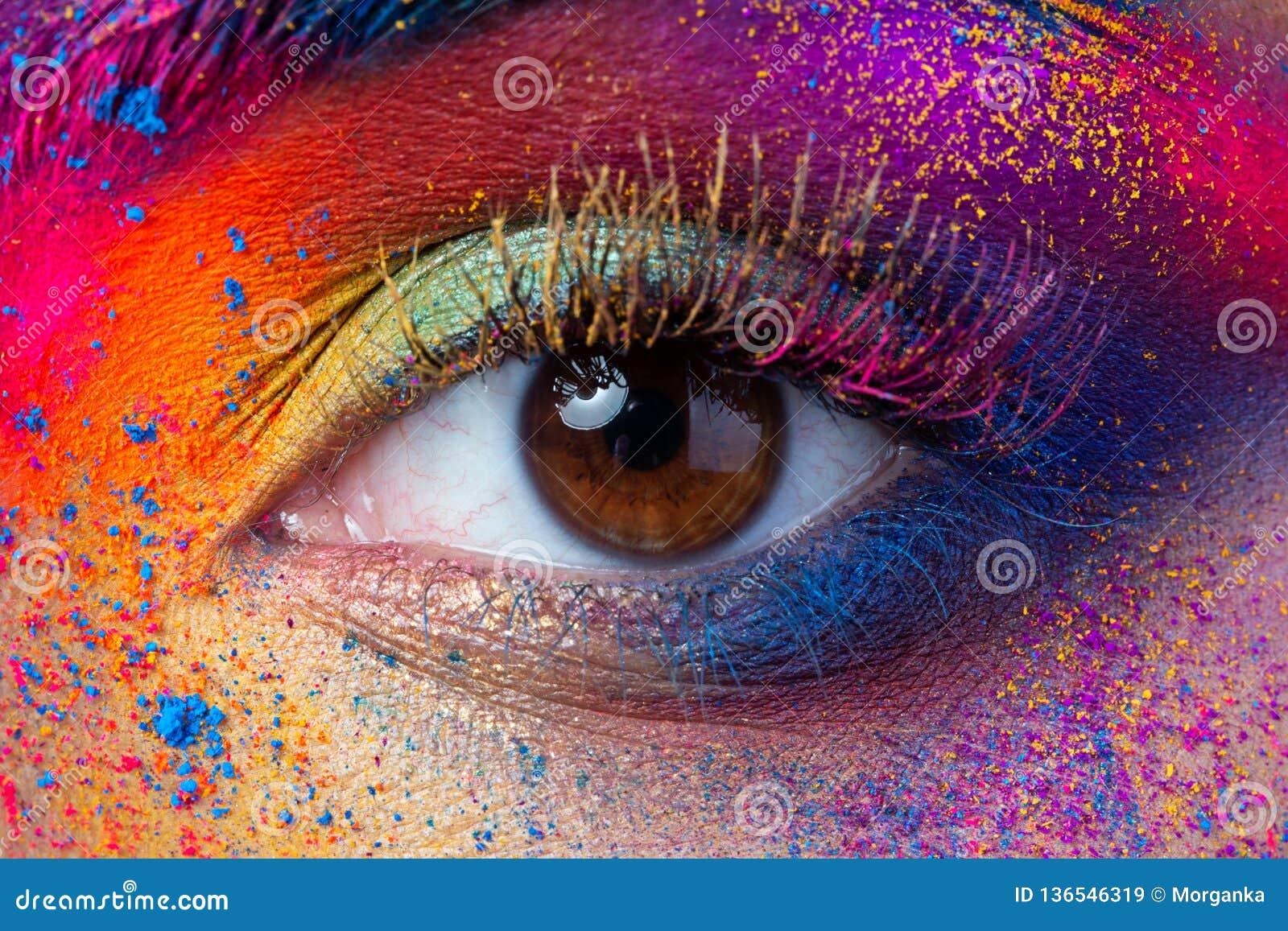 Κλείστε επάνω την άποψη του θηλυκού ματιού με φωτεινό πολύχρωμο mak μόδας