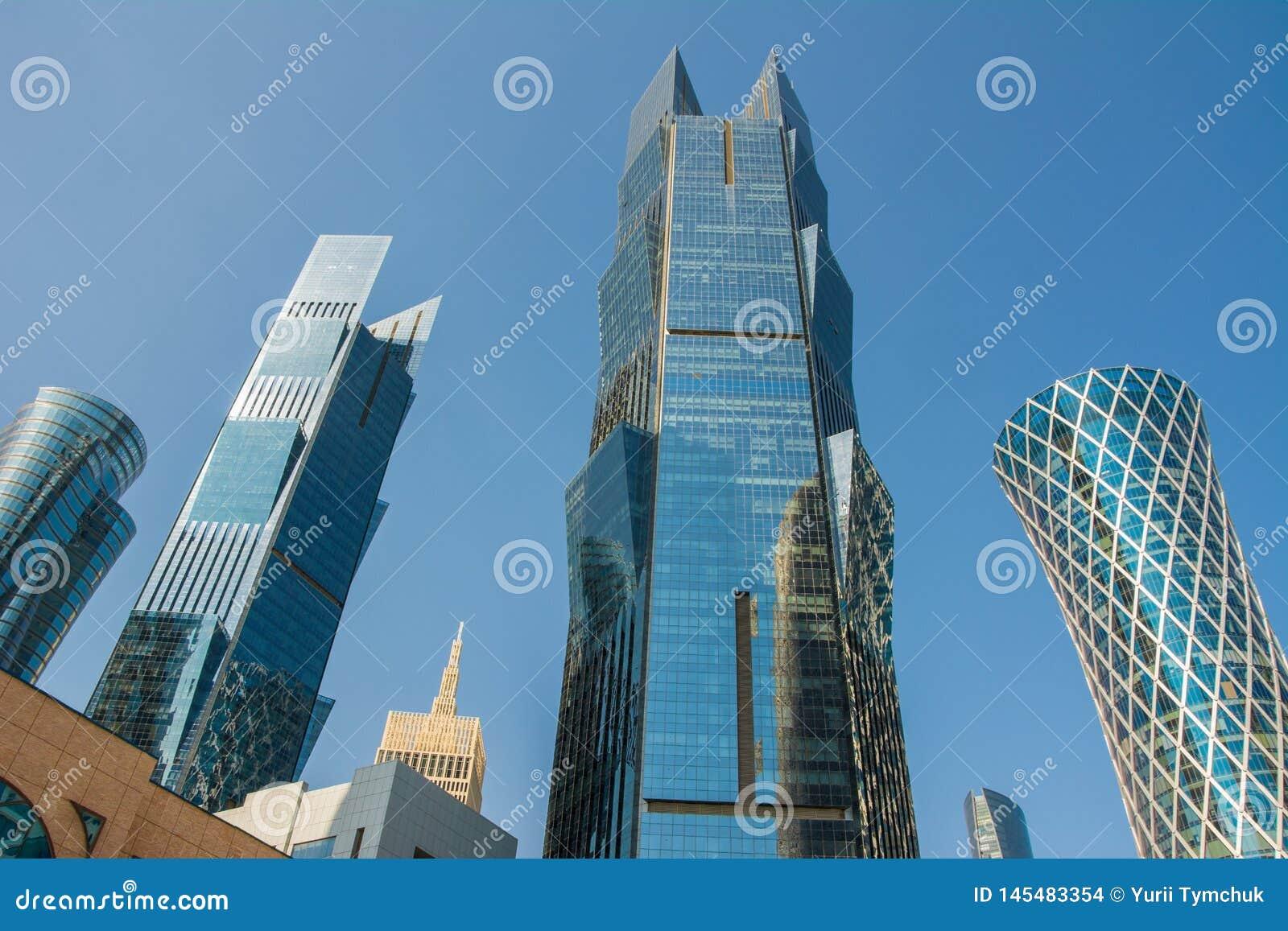 Κλείστε επάνω την άποψη των σύγχρονων ουρανοξυστών με την πρόσοψη γυαλιού οικονομική και το εμπορικό κέντρο σε Doha, Κατάρ