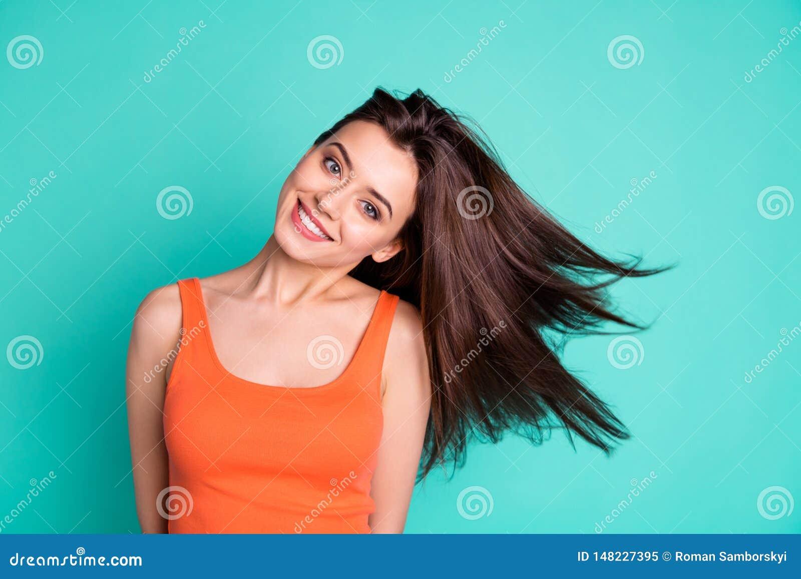 Κλείστε επάνω την κατάπληξη φωτογραφιών όμορφη αυτή αυτή γυναικείου Σαββατοκύριακου διακοπών αέρα φυσώντας τρίχας νέο σαμπουάν όρ