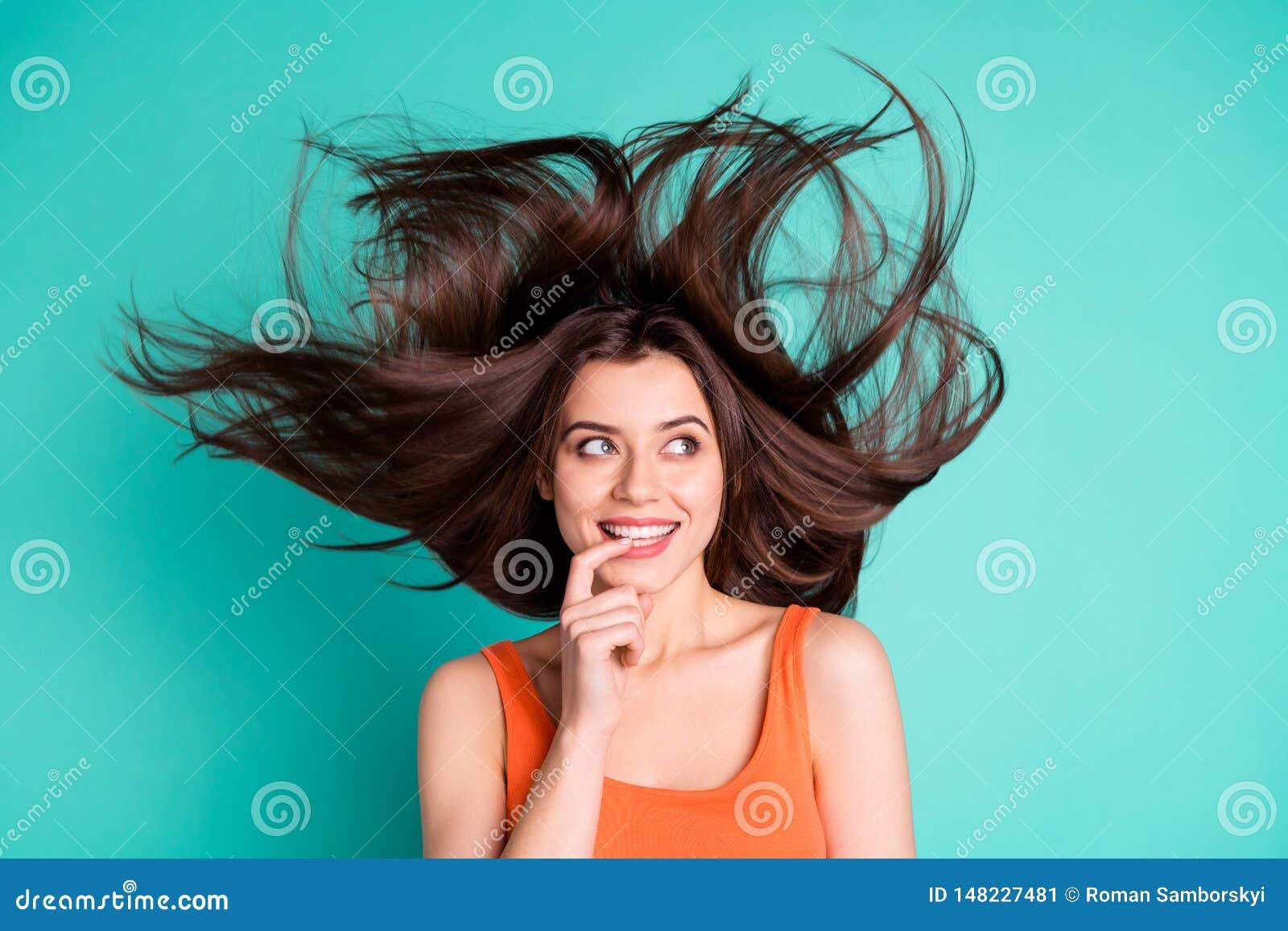 Κλείστε επάνω την κατάπληξη φωτογραφιών όμορφη αυτή αυτή υγιής όρος πτήσης τρίχας φυσήγματος αέρα διακοπών γυναικείου Σαββατοκύρι