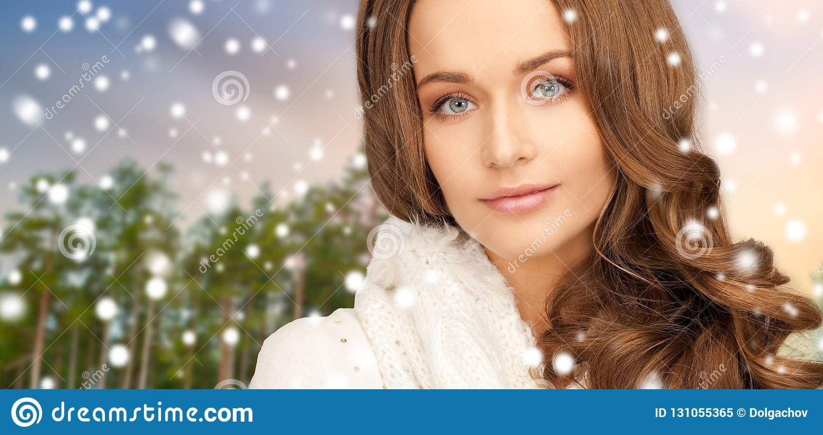 Κλείστε επάνω της όμορφης γυναίκας πέρα από το χειμερινό δάσος