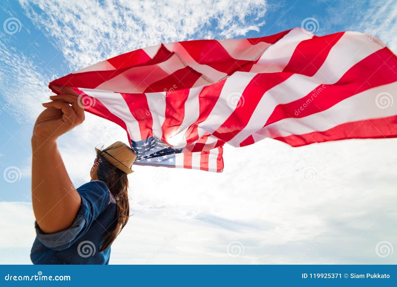 Κλείστε επάνω τη νέα ευτυχή σημαία των Ηνωμένων Πολιτειών της Αμερικής εκμετάλλευσης γυναικών