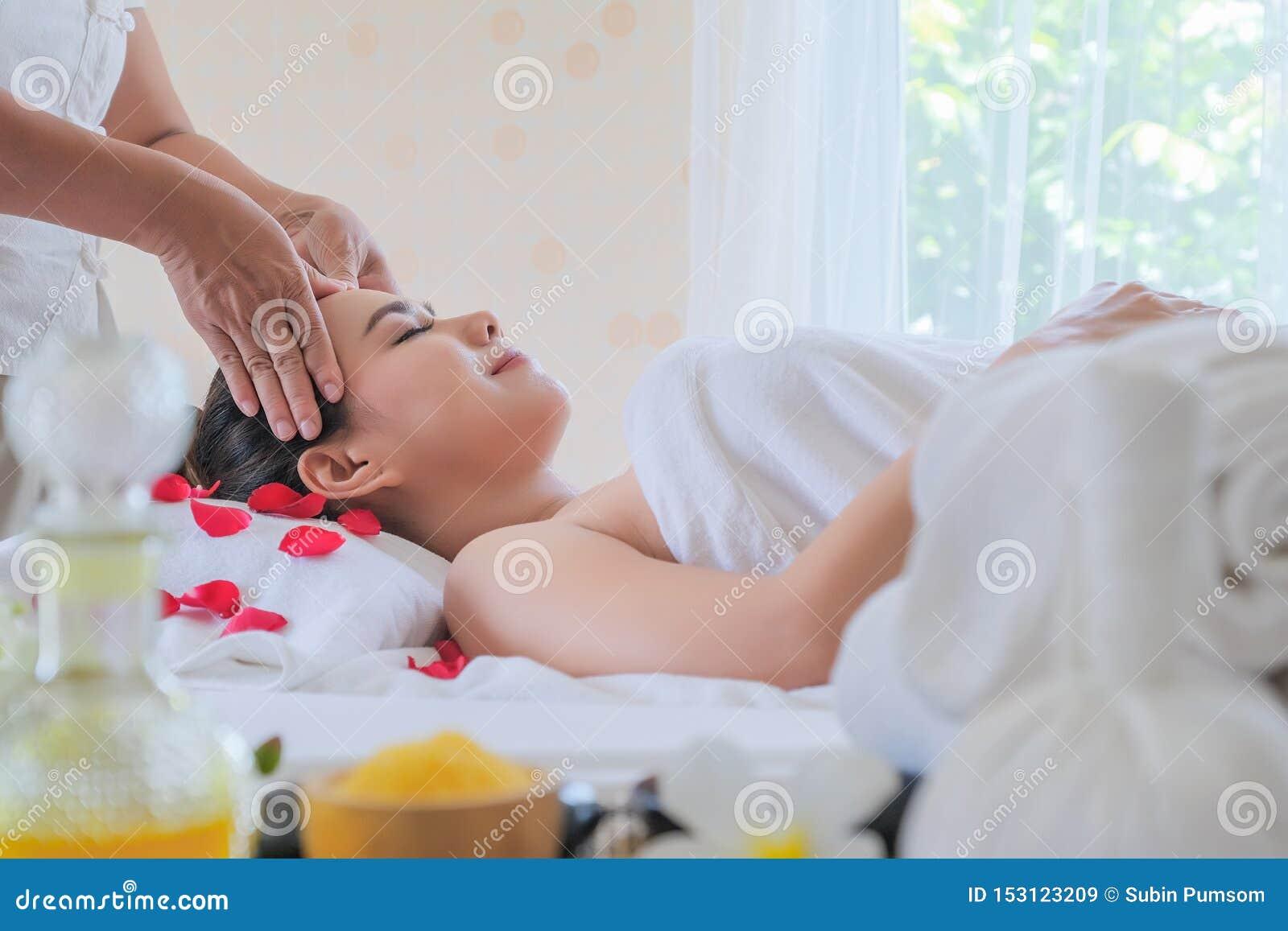 Κλείστε επάνω τις γυναίκες προσώπου στην του προσώπου επεξεργασία SPA το δωμάτιο πολυτέλειας γυναικών χαλαρώνουν και η συναισθημα