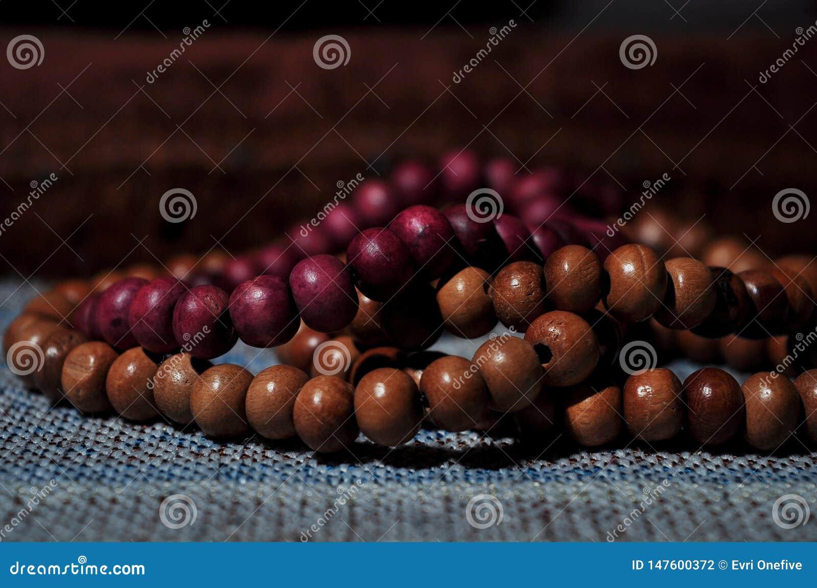 Κλείστε επάνω τις χάντρες προσευχής στην κουβέρτα προσευχής