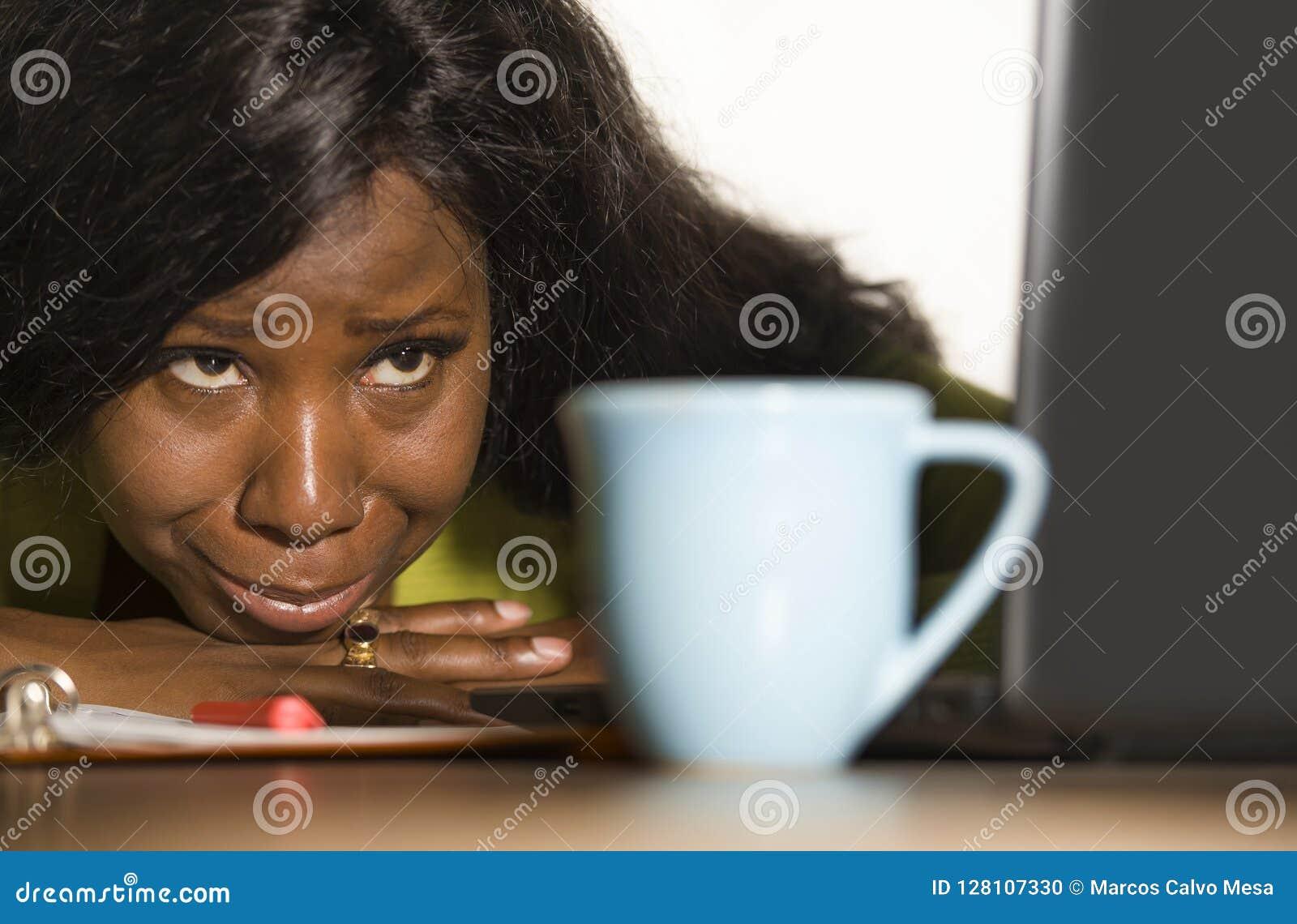 Κλείστε επάνω το πορτρέτο νέο λυπημένο και καταθλιπτικό μαύρο να φωνάξει επιχειρησιακών γυναικών afro αμερικανικό εργαζόμενων στο
