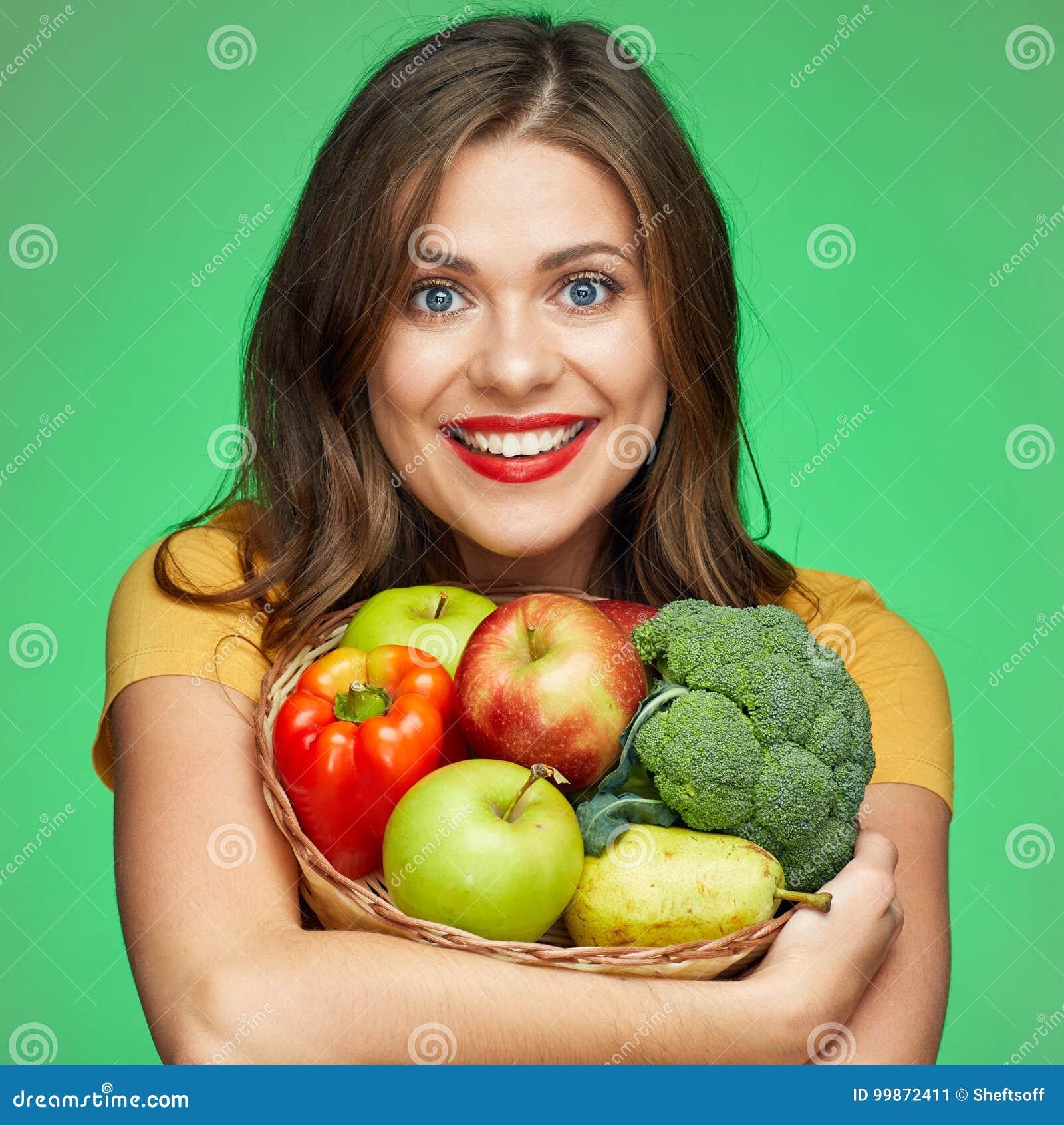 Κλείστε επάνω το πορτρέτο προσώπου της χαμογελώντας γυναίκας με τα φρούτα και vegetabl