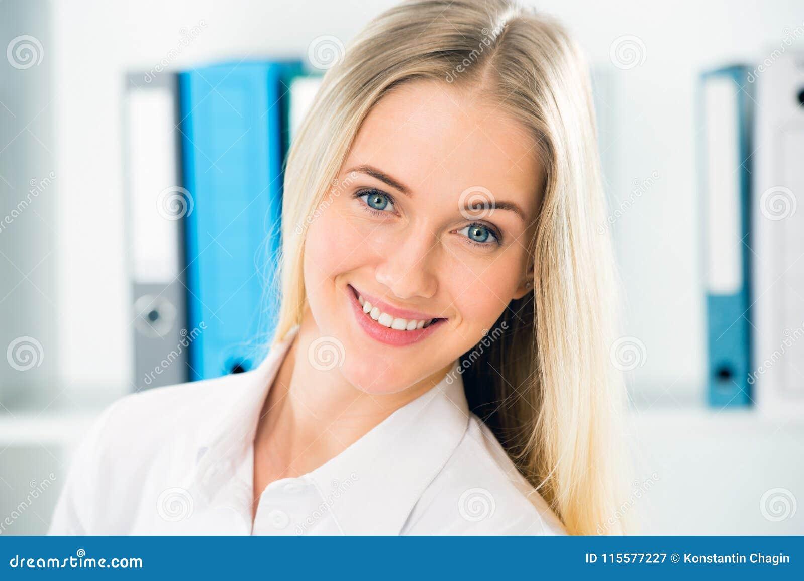 Κλείστε επάνω το πορτρέτο της χαμογελώντας επιχειρησιακής γυναίκας