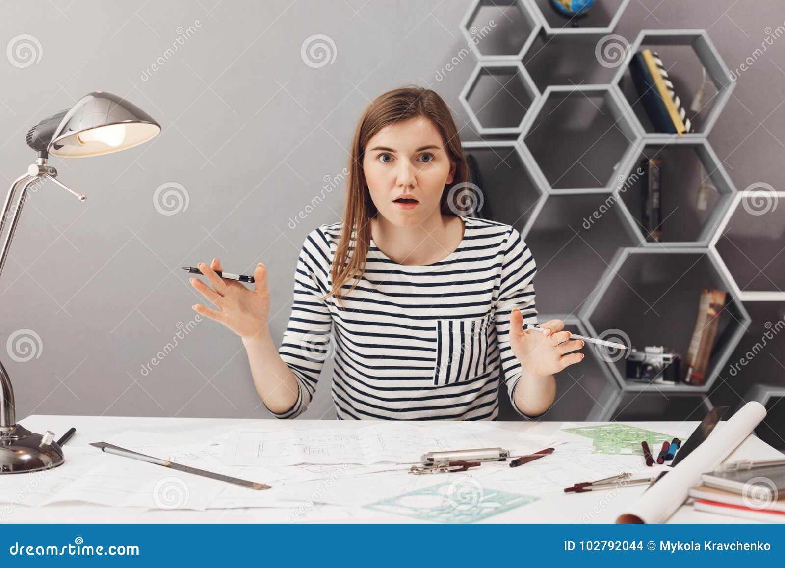 Κλείστε επάνω το πορτρέτο της όμορφης αστείας νέας ευρωπαϊκής θηλυκής ανεξάρτητης διάδοσης σχεδιαστών παραδίδει συγκινημένος και