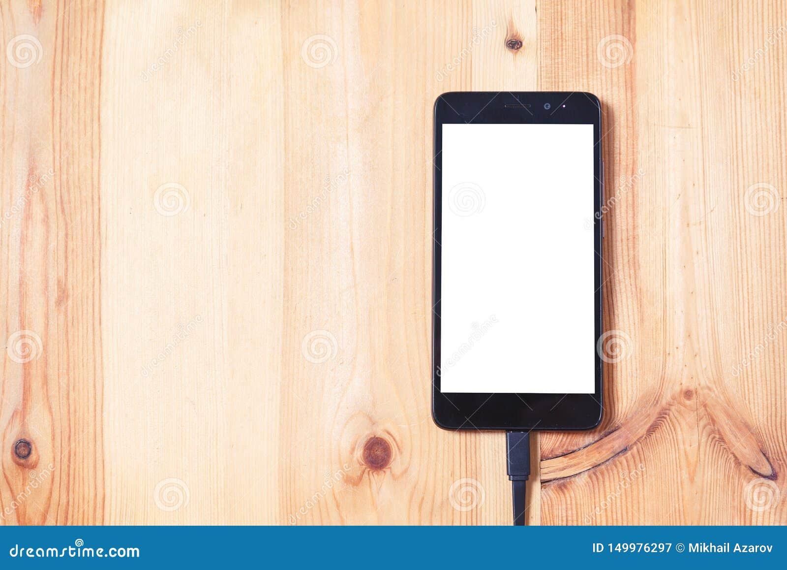 Κλείστε επάνω το συνδέοντας καλώδιο smartphone και στοιχείων για τη μεταφορά και φορτίστε την μπαταρία στην ξύλινη χρήση υποβάθρο