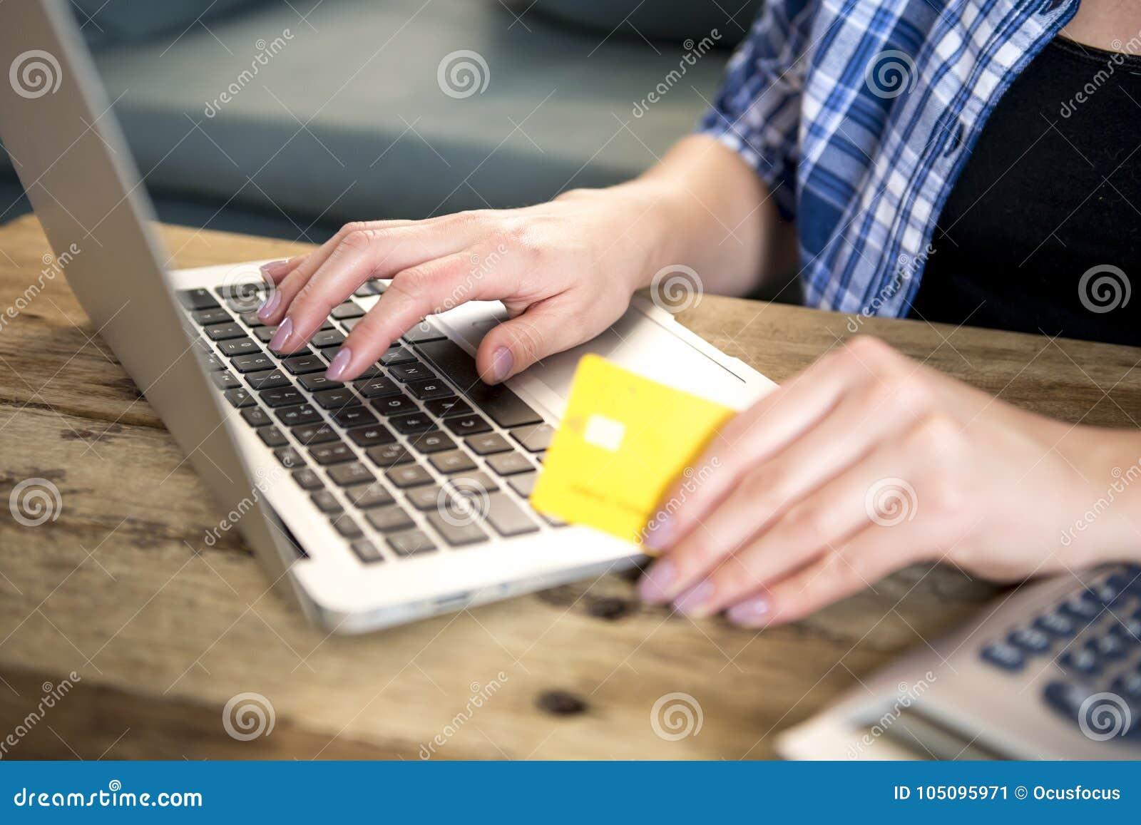 Κλείστε επάνω το χέρι των αγορών πιστωτικών καρτών εκμετάλλευσης γυναικών σε απευθείας σύνδεση ή της κατάθεσης στο διαδίκτυο με τ