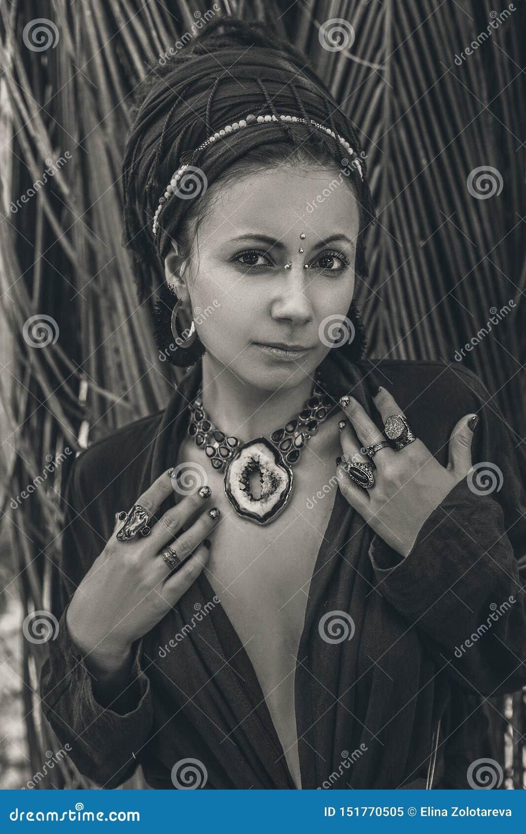 Κλείστε επάνω των χεριών γυναικών με τα δαχτυλίδια πετρών πολύτιμων λίθων boho