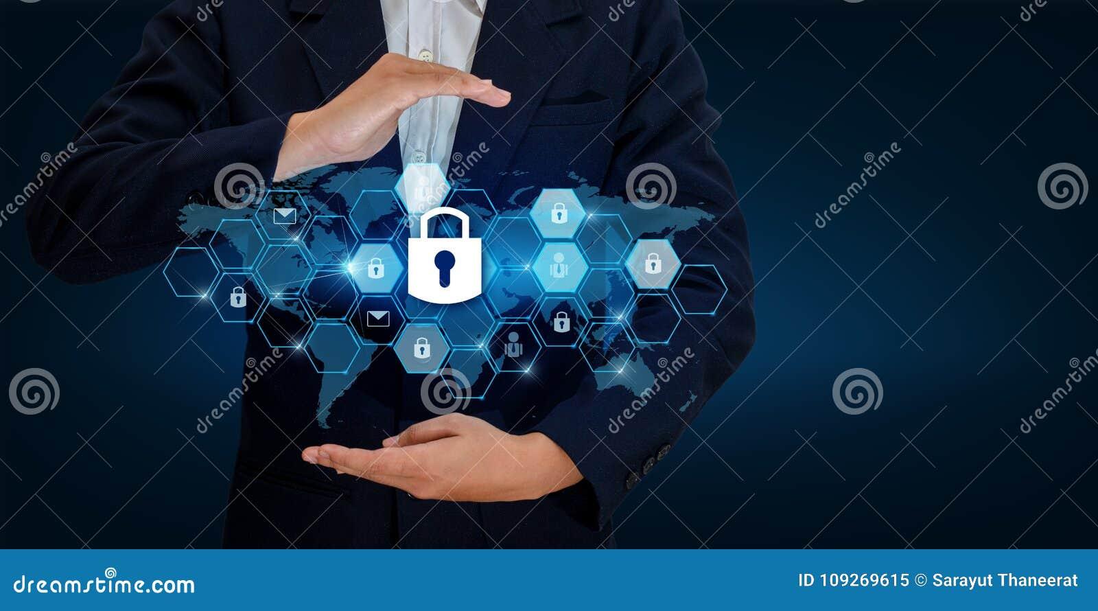 Κλειδαριά στα χέρια μιας ασπίδας επιχειρηματιών η ασπίδα για να προστατεύσει τον κυβερνοχώρο Διαστημικό κοβάλτιο επιχειρησιακού Δ