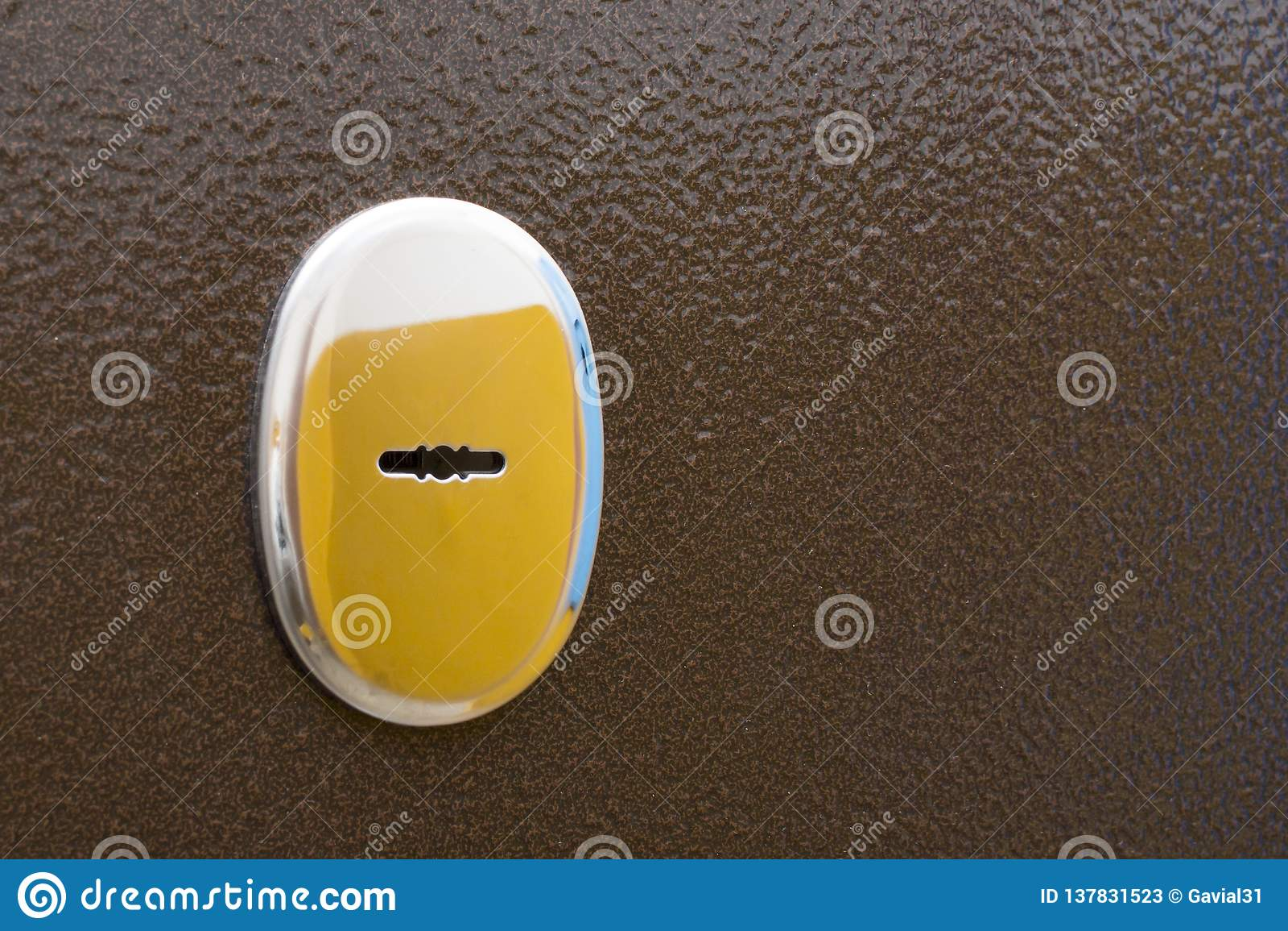 Κλειδαρότρυπα στην πόρτα εισόδων μετάλλων