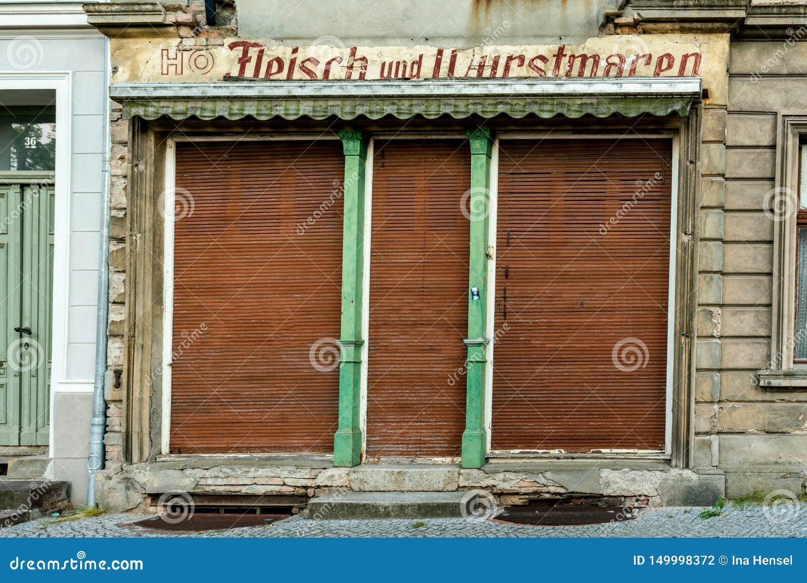 Κλειστό παλαιό κατάστημα χασάπηδων της ΟΔΓ για το κρέας και τα λουκάνικα