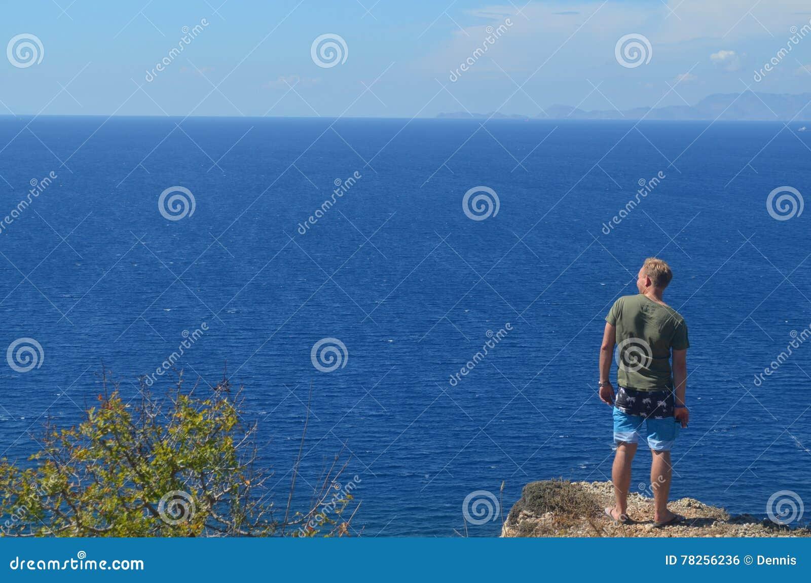 Κοίταγμα πέρα από τον ωκεανό