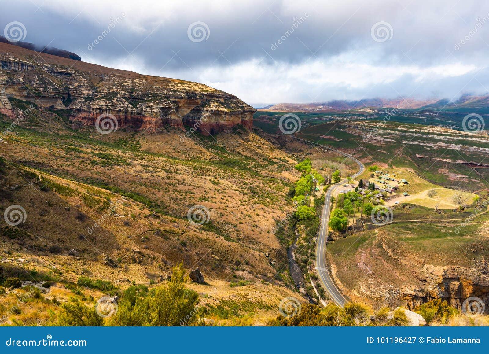 Κοιλάδες, φαράγγια και δύσκολοι απότομοι βράχοι στο μεγαλοπρεπές χρυσό εθνικό πάρκο Χάιλαντς πυλών, δραματικό τοπίο, προορισμός τ